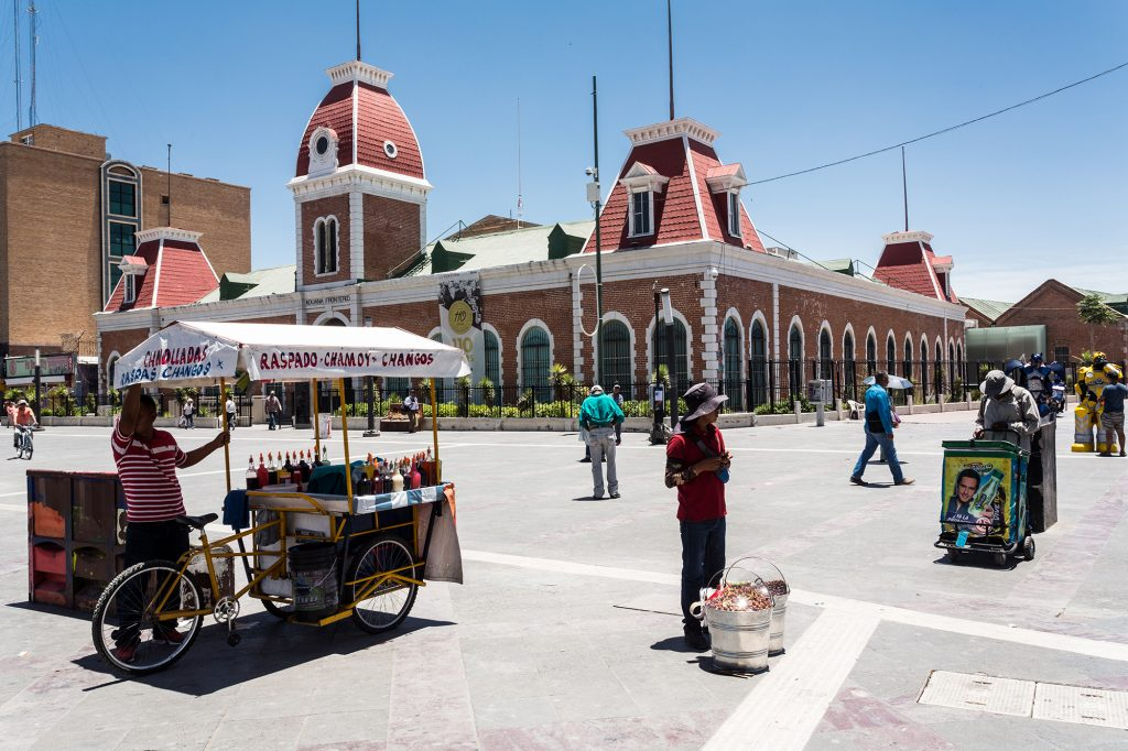 A food truck and a man with buckets is shown in Ciudad Juárez