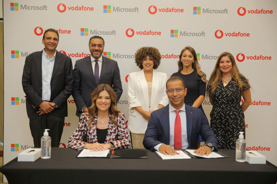 A picture after signing the MoU between Vodafone and Microsoft