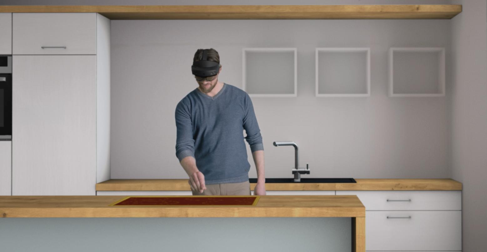 Mann steht in einer Küche und trägt eine Microsoft HoloLens 2